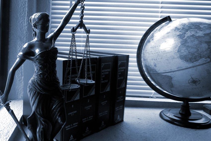 figurka Temidy, kodeksy prawne i globus